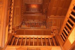 397232-winding-ch-teau-riche-en-escaliers-bois-chaleureux
